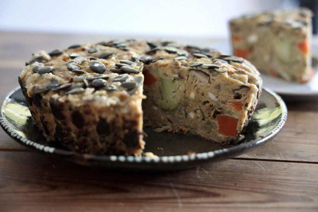 Le cake à l'épeautre, aux légumes et aux graines prêt à déguster !